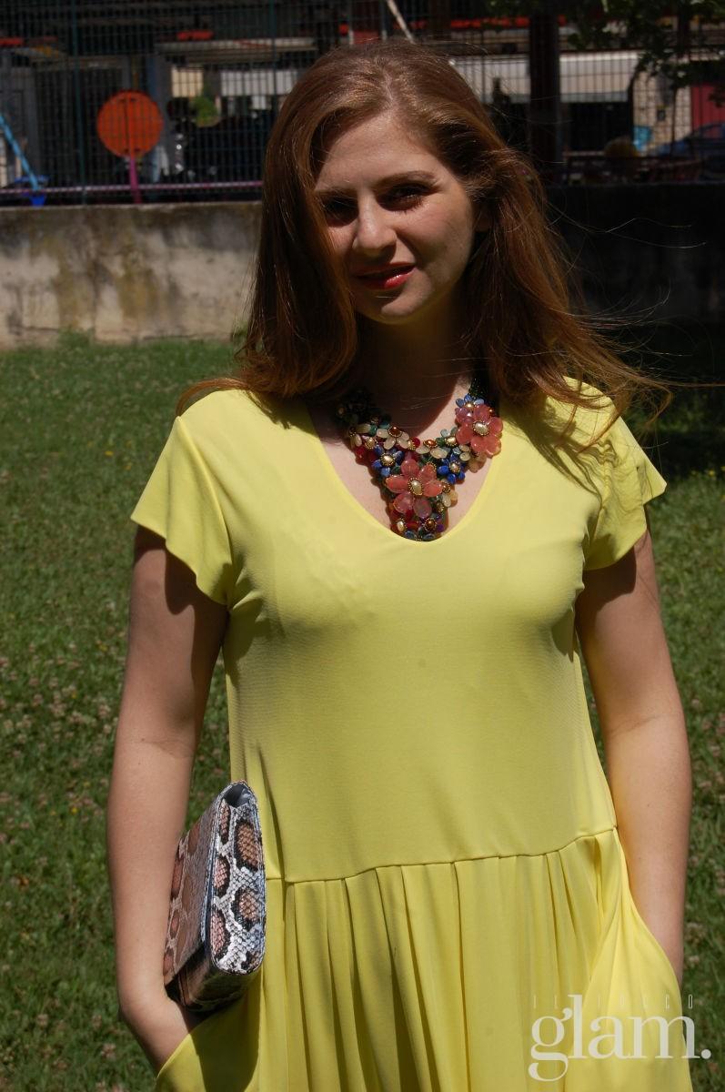 Un vestito giallo ed una collana