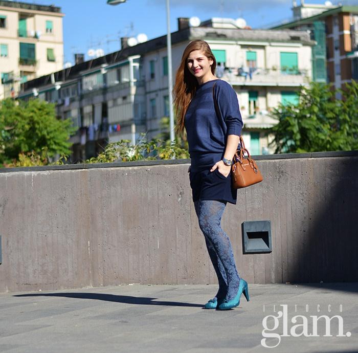 Look con calze blu